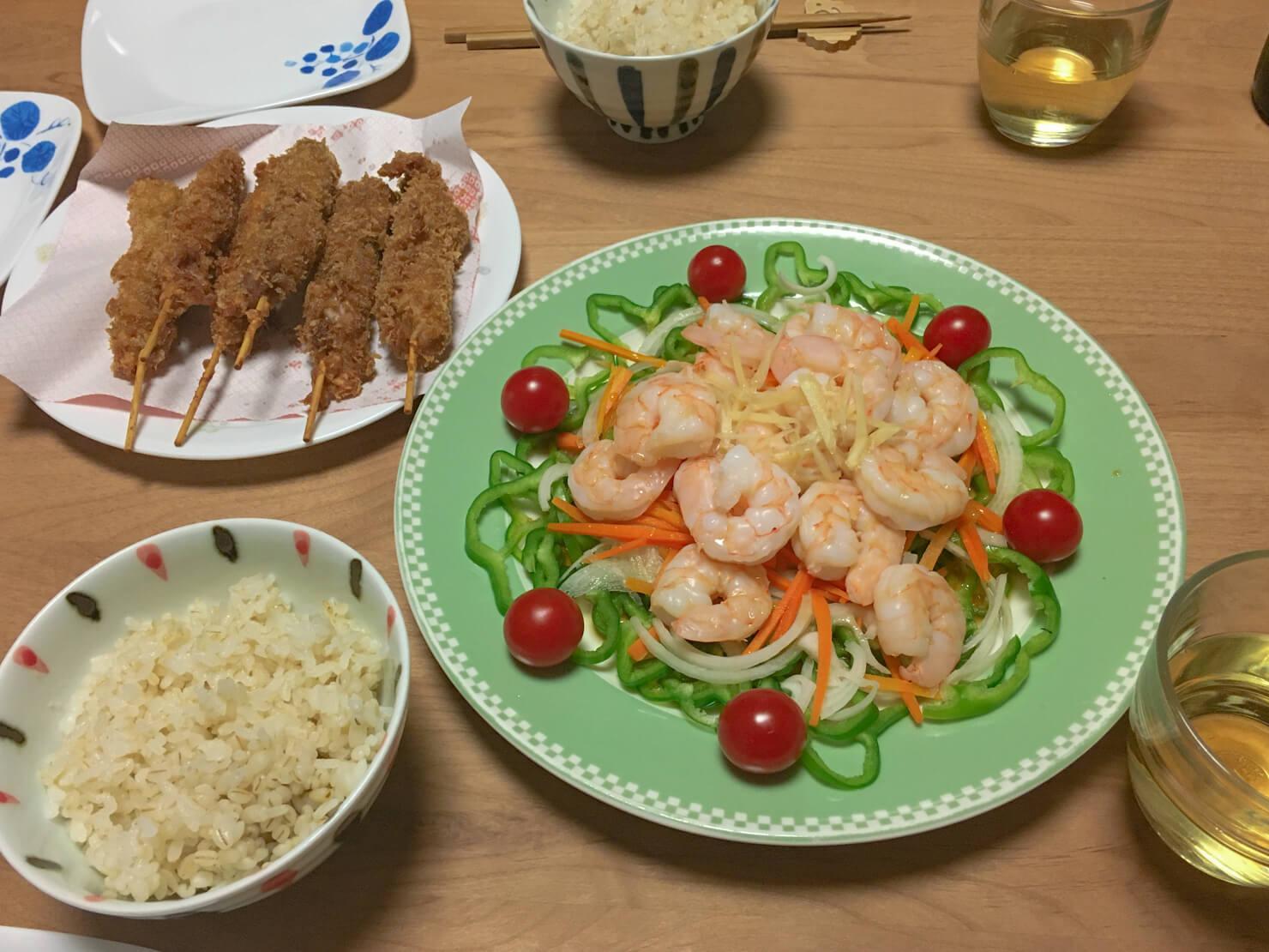 ピーマンとエビの和風サラダ中心の晩御飯の写真