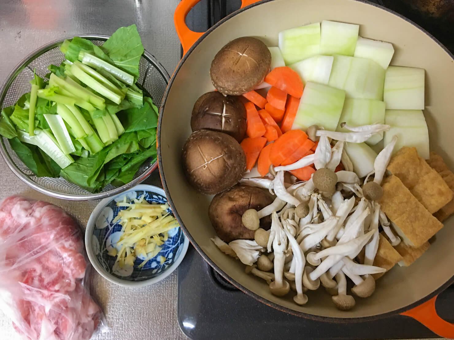 冬瓜と豚こまのきのこ鍋の材料の写真