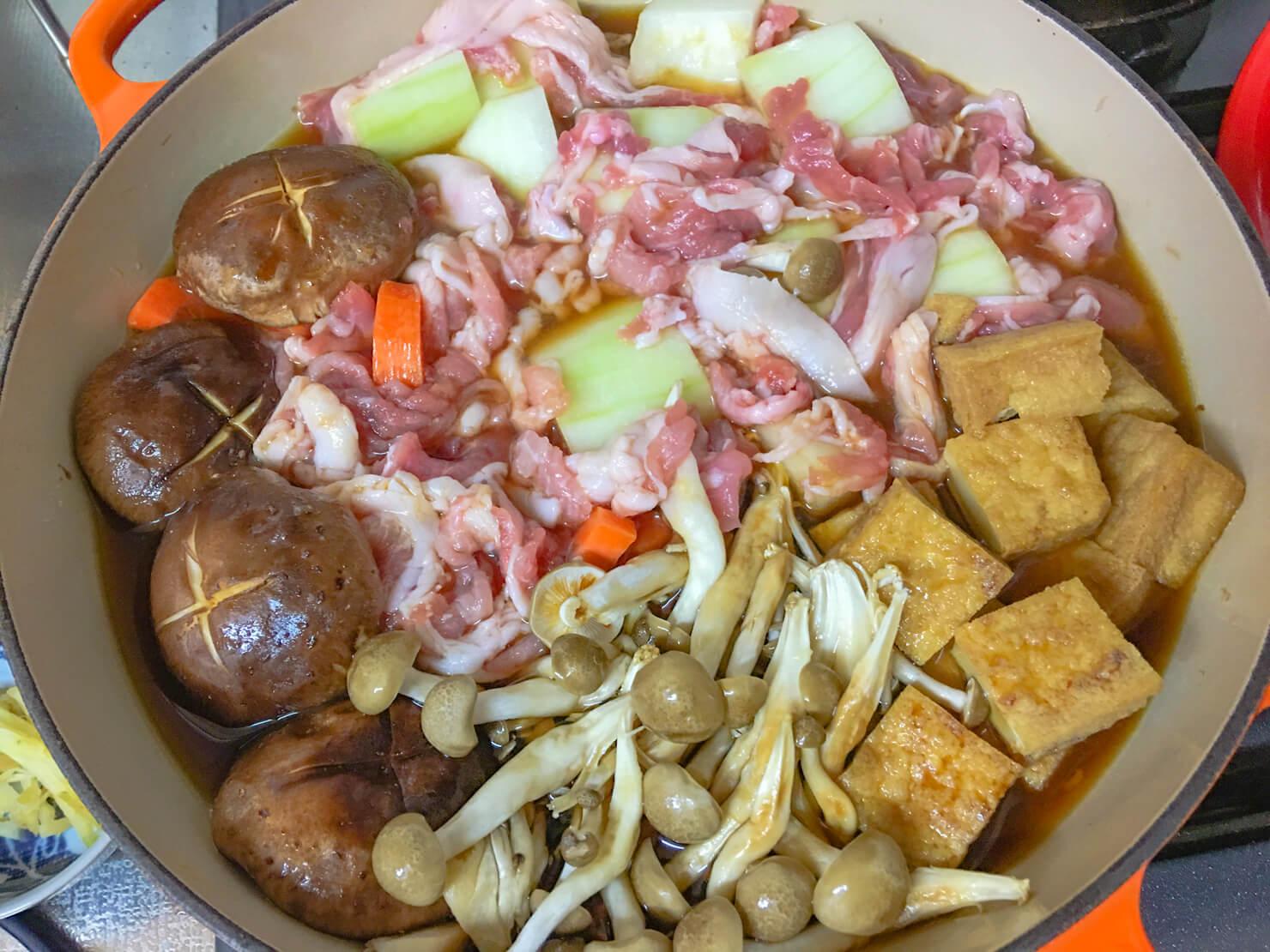 冬瓜と豚こまのきのこ鍋を煮る前の写真