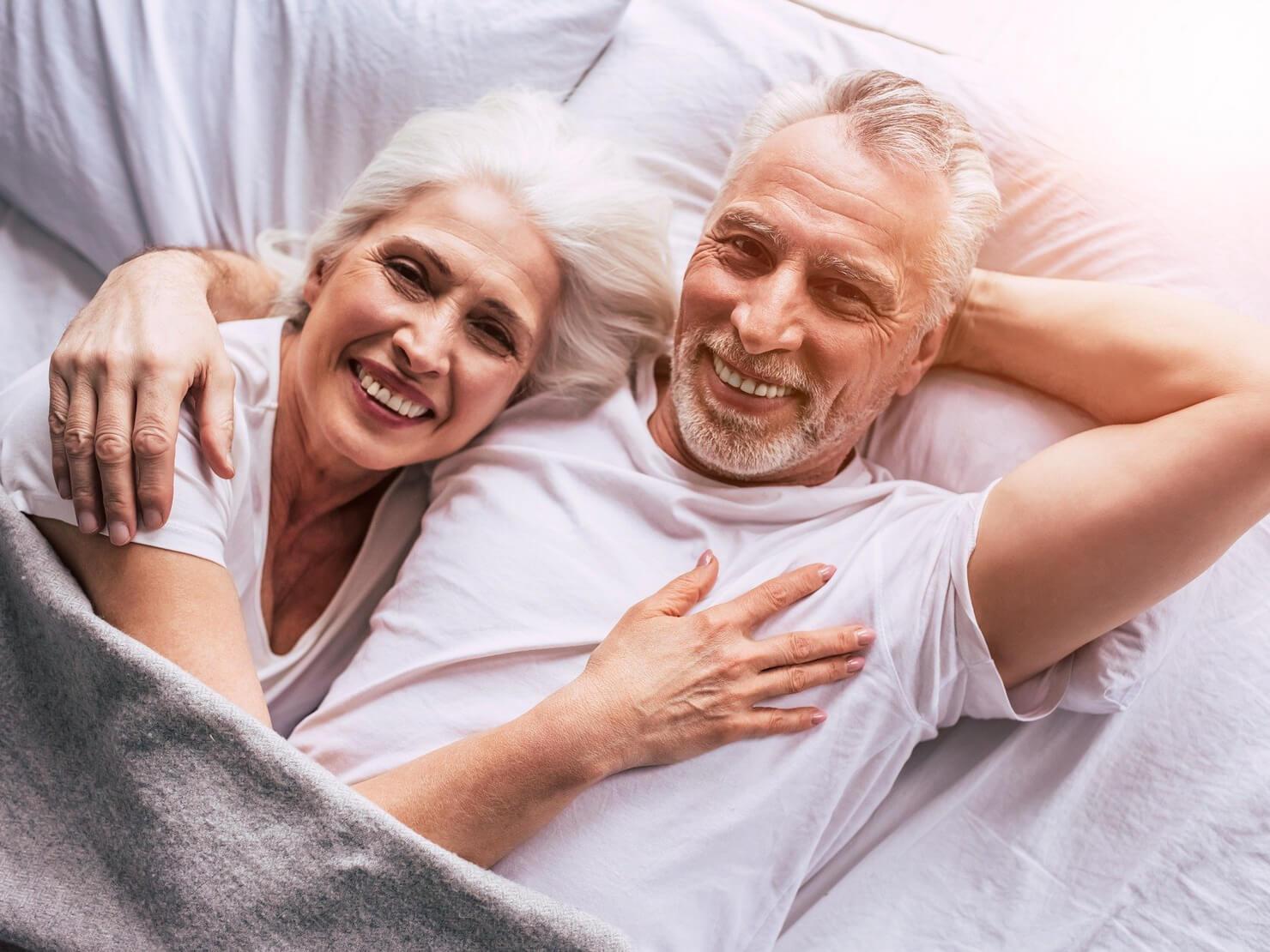 仲が良さそうな熟年夫婦の写真