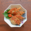 餃子の皮とチーズと魚の甘露煮のおつまみの写真