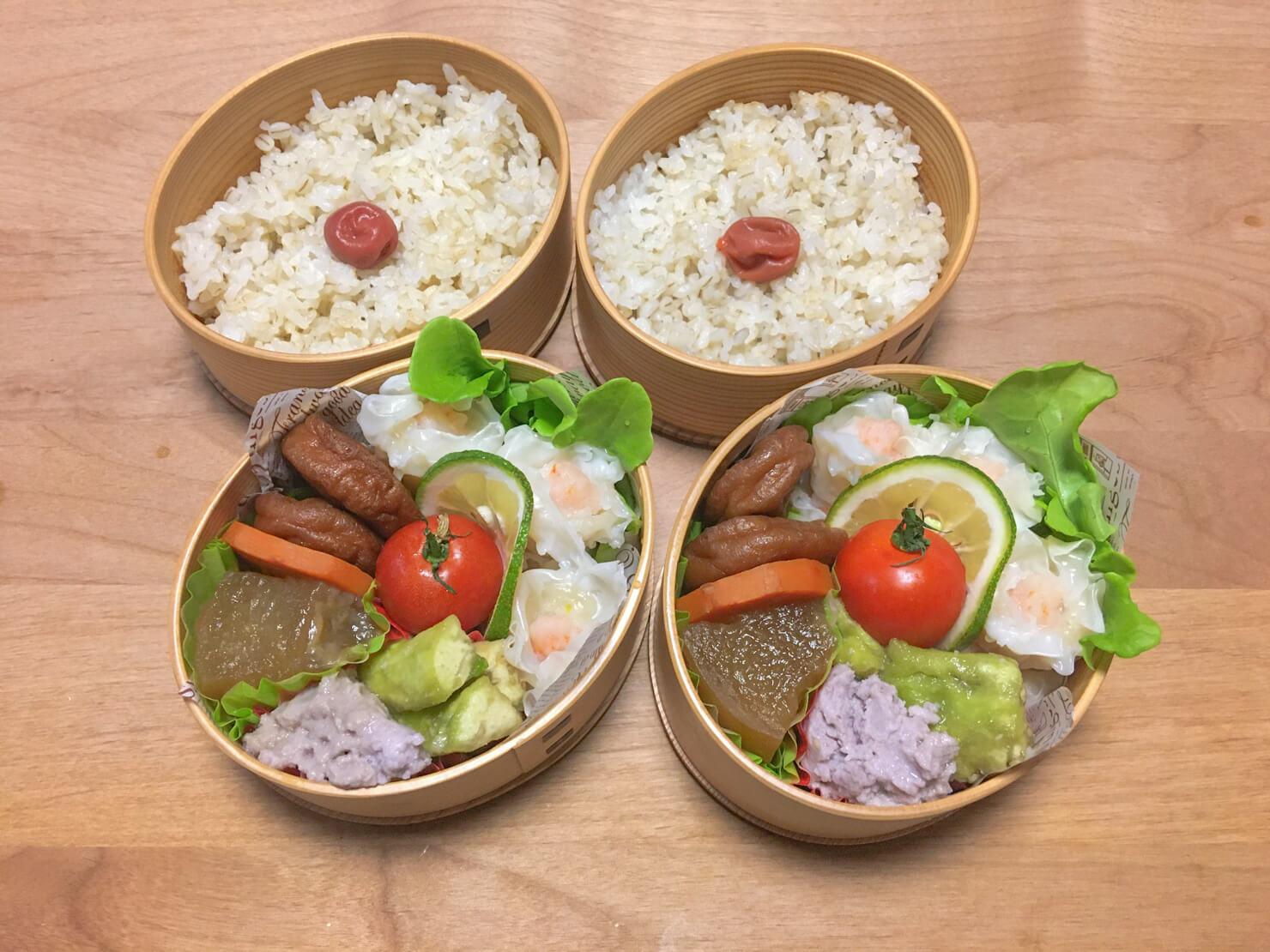蒸しナスのイカすり身添え入りのお弁当の写真