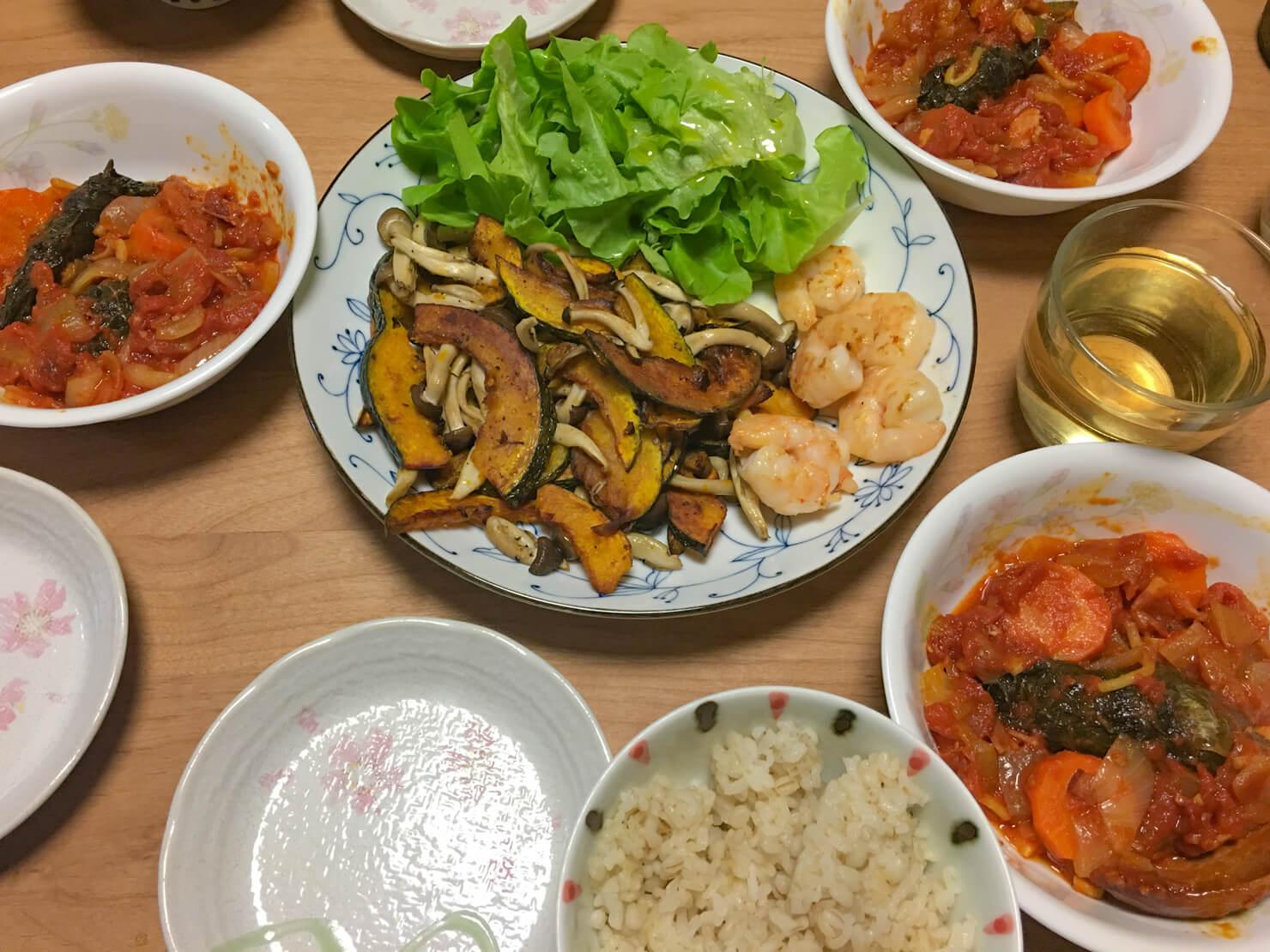 カーボロネロと豚バラのロールキャベツ中心の晩ご飯の写真