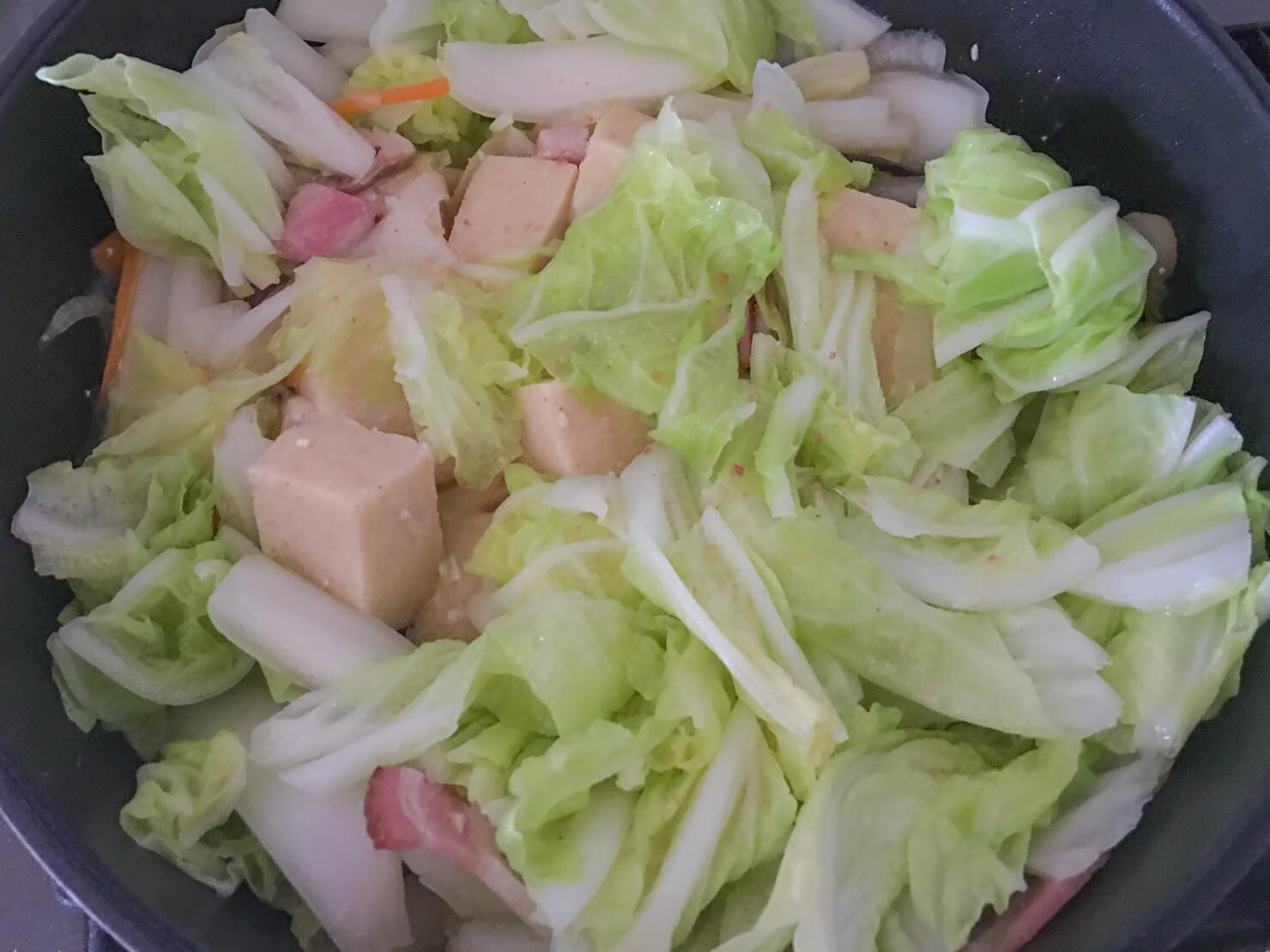 豆乳ソースに白菜の葉を加えたところの写真