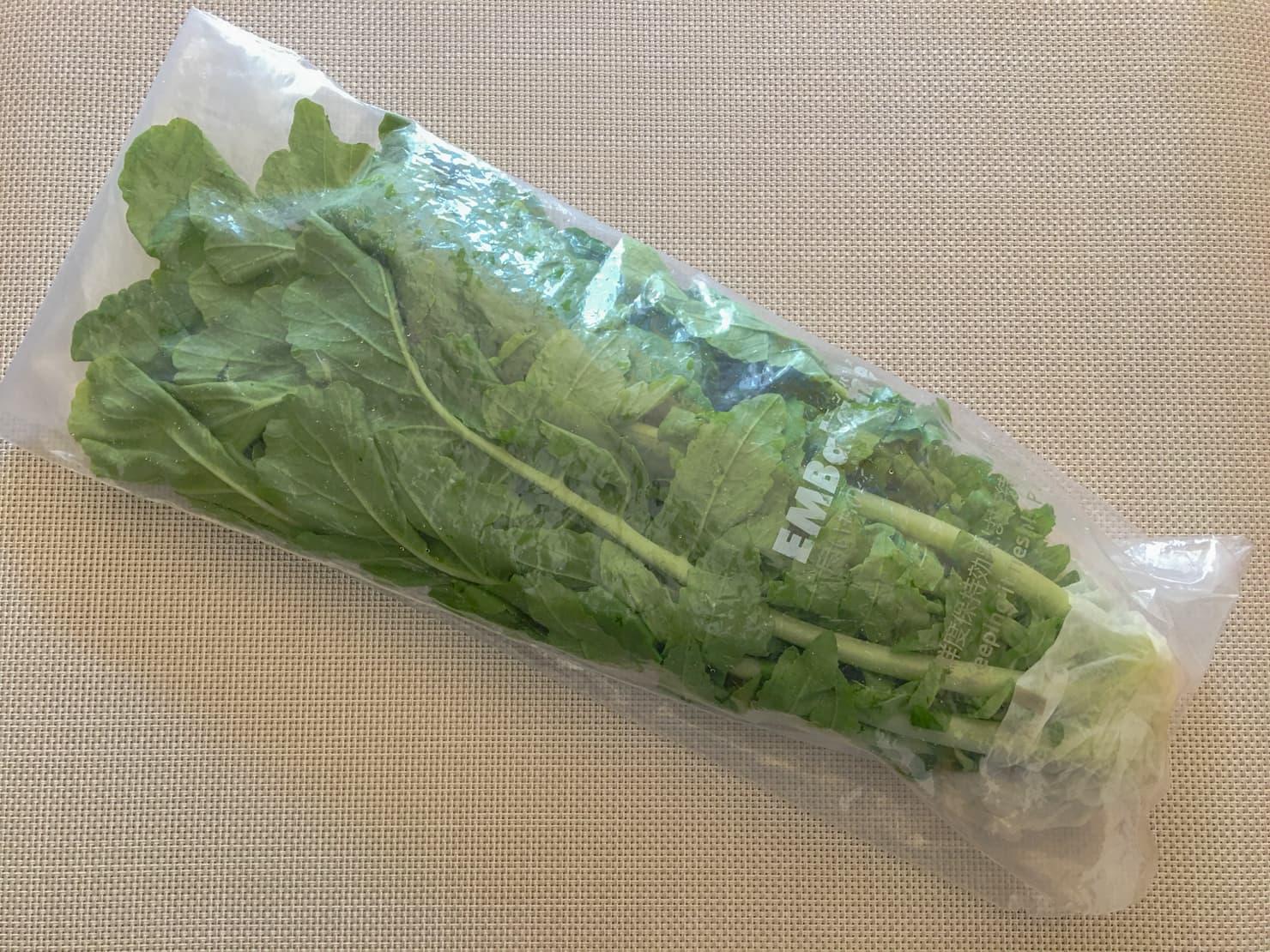 大根の葉が野菜保存袋に入っている写真2
