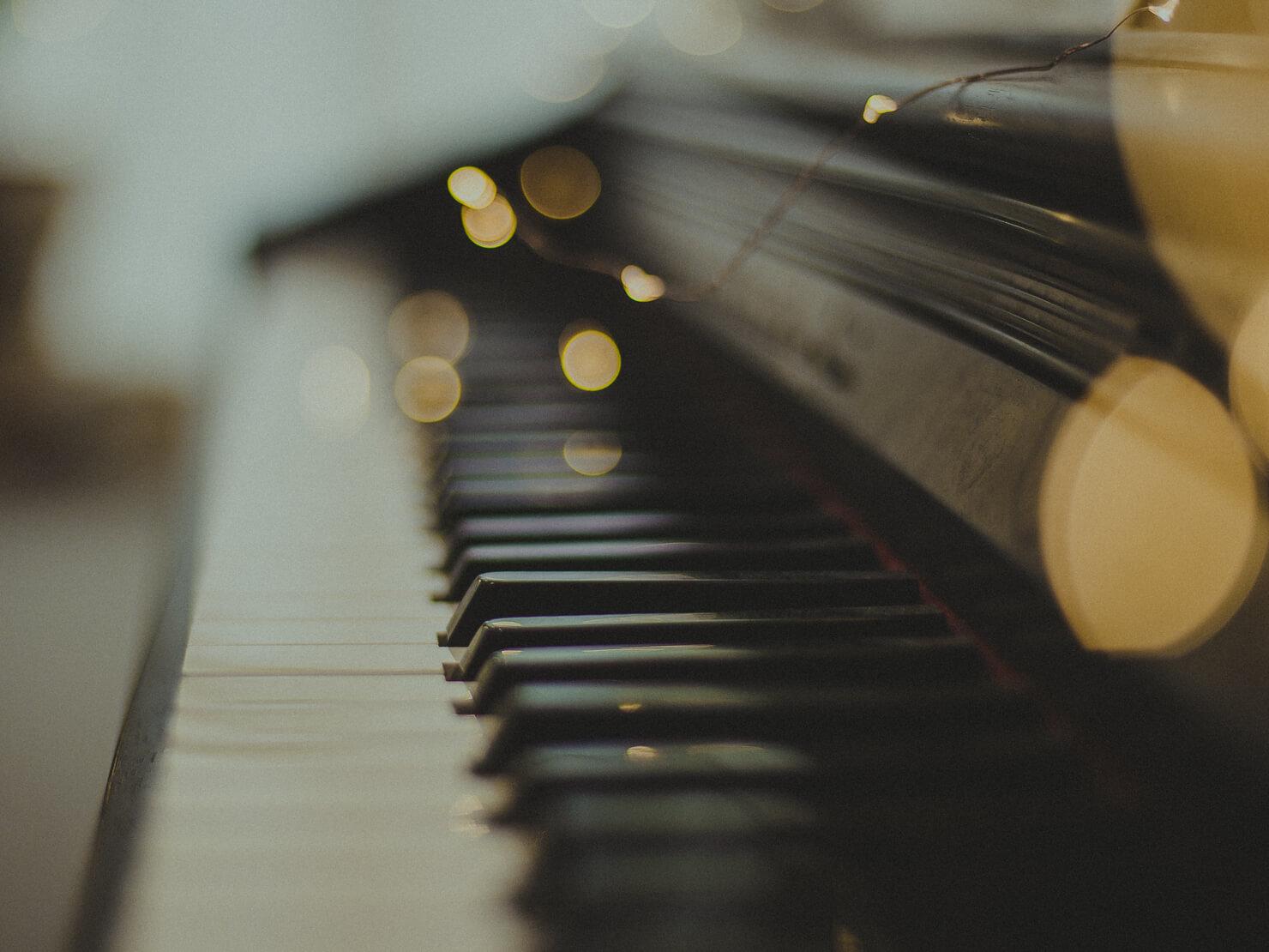 ピアノの鍵盤の写真