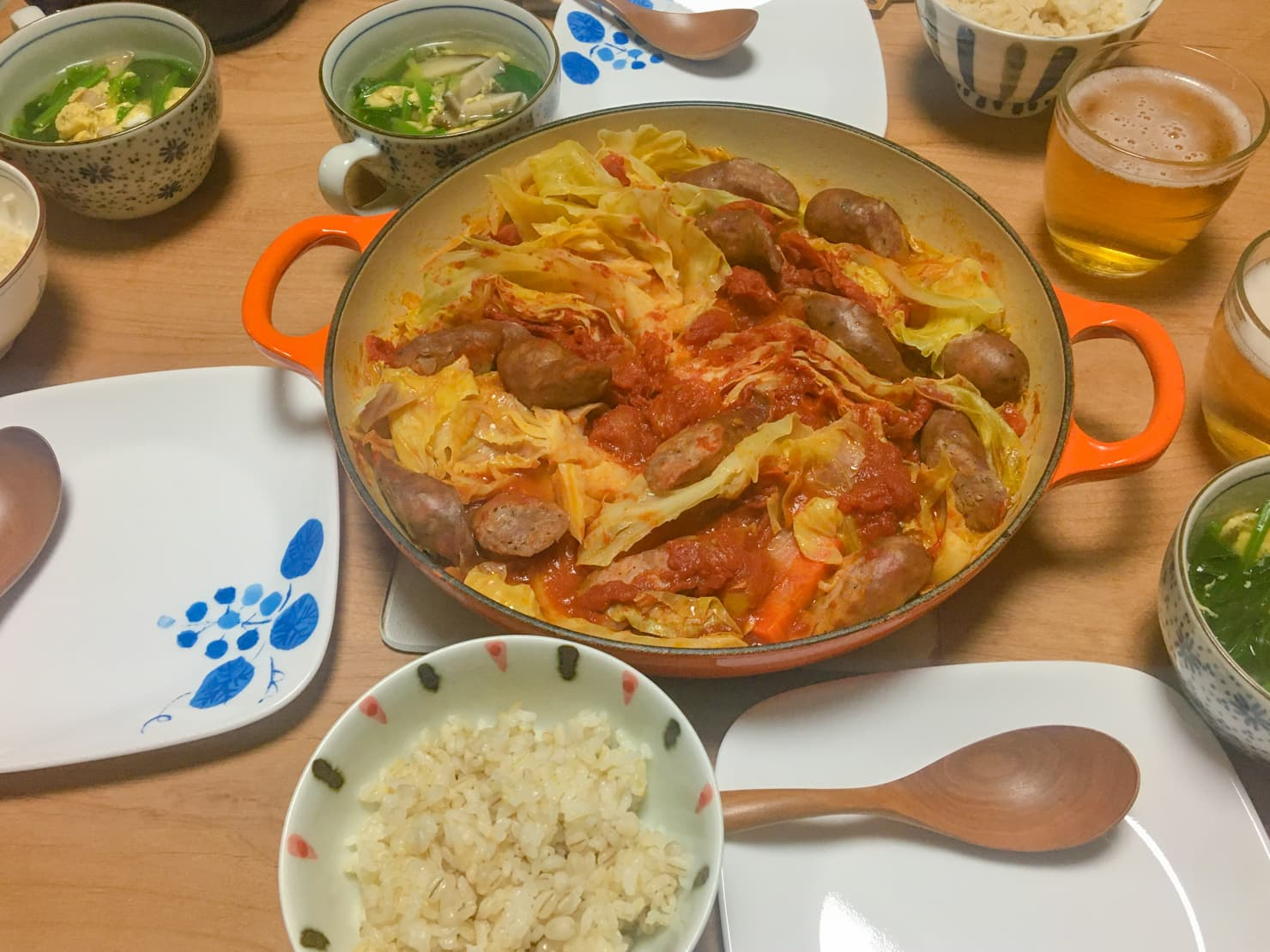 キャベツとソーセージのオイル蒸し中心の夕食の写真