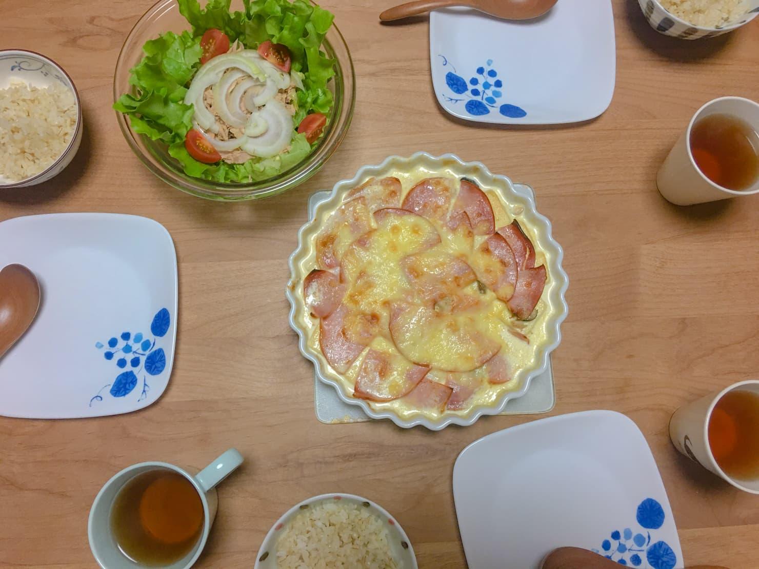 ねぎとしめじのスープグラタン中心の食事の写真