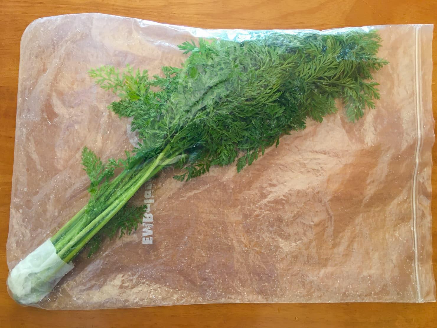 人参の葉を保存袋に入れた写真