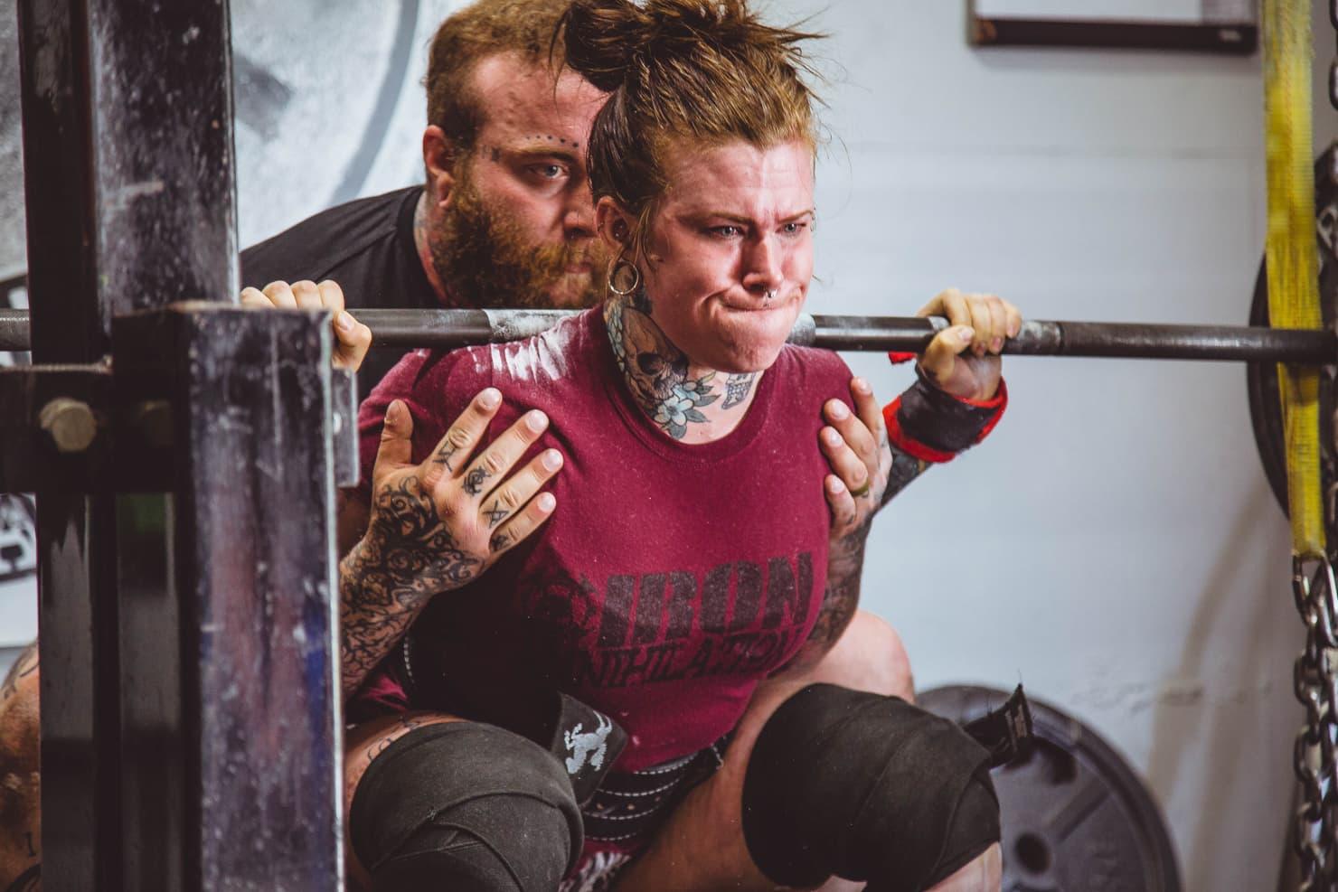 ウェイトトレーニングをする女性の写真