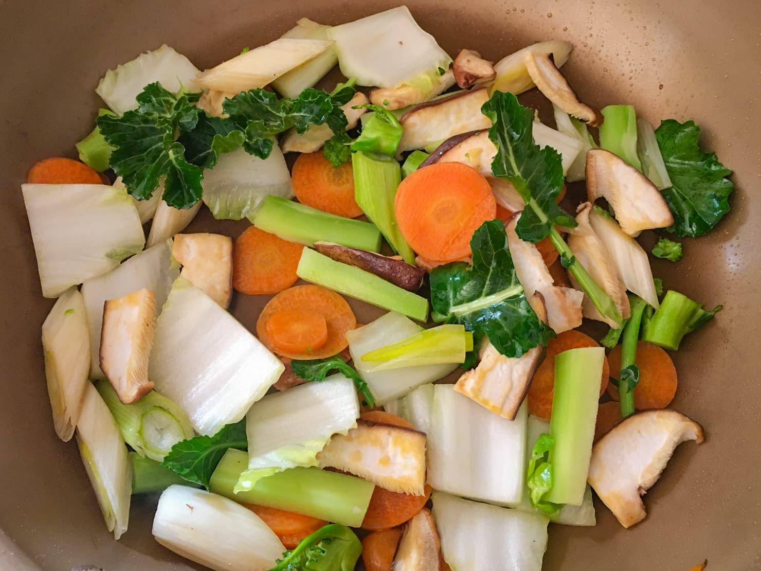 白菜や他の野菜を炒めている写真