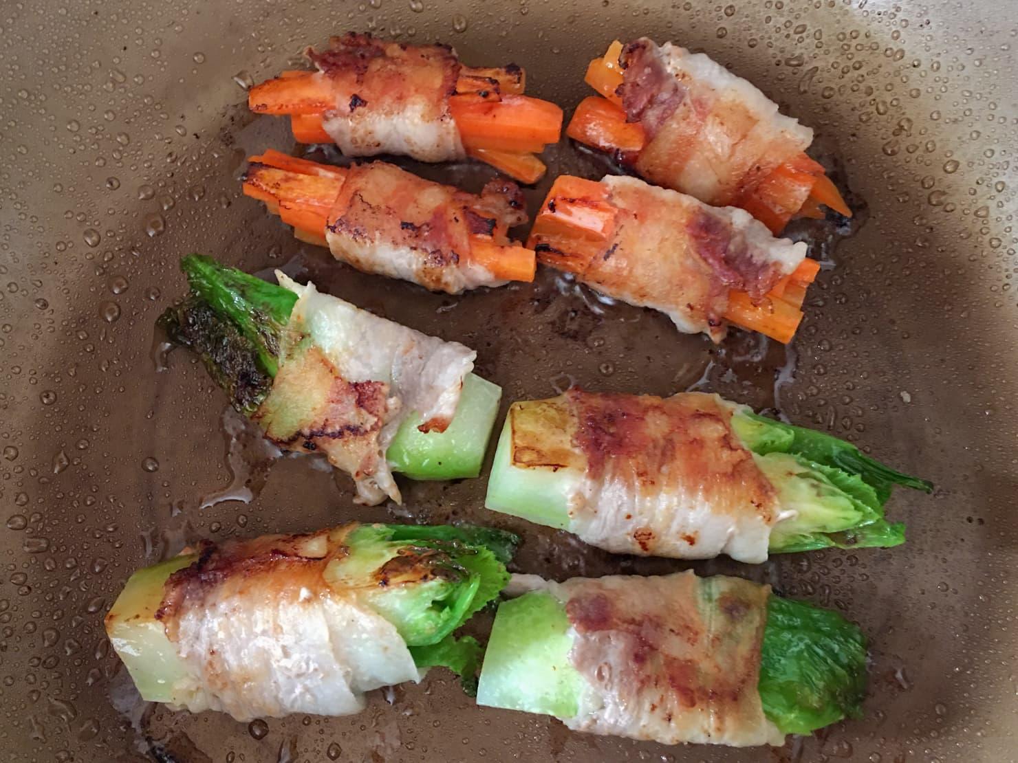 子持ち高菜と人参の肉巻きを焼いているところの写真