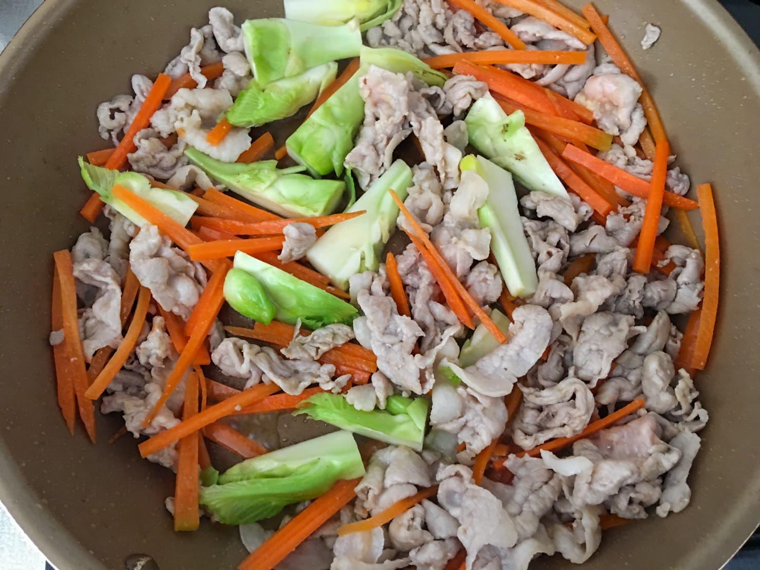 肉と野菜を炒めている写真
