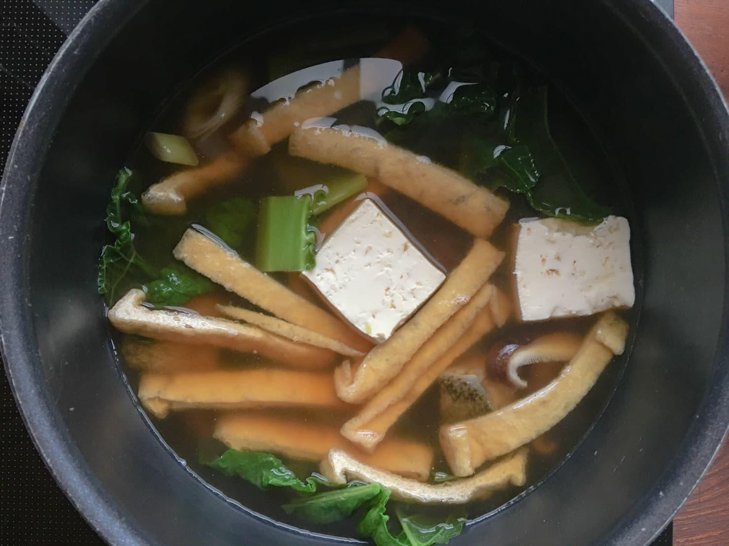 かつお菜とたらの鍋を煮ている写真
