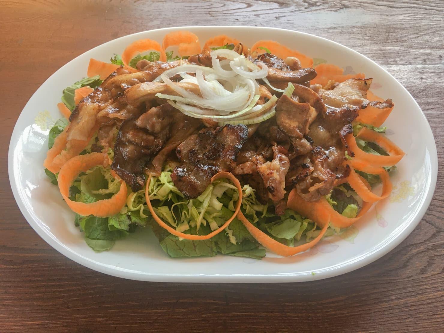 かパーマグリーンと豚バラの焼肉サラダの写真