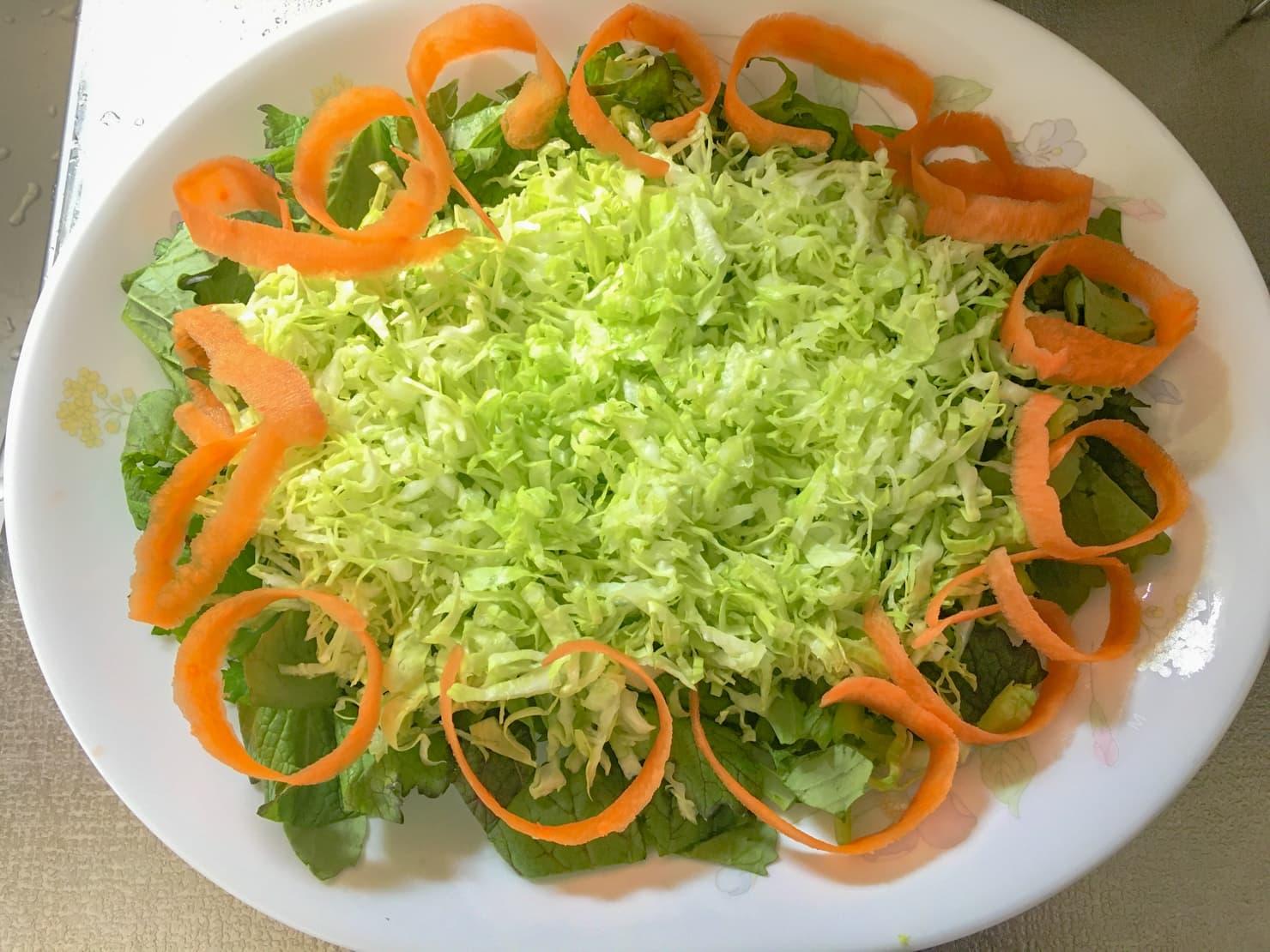 野菜を皿に盛ったところの写真