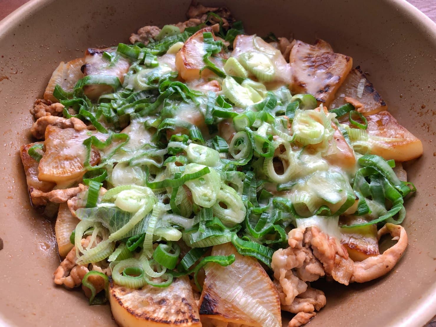 大根と豚肉のチーズ焼き・葉玉ねぎ添えの写真