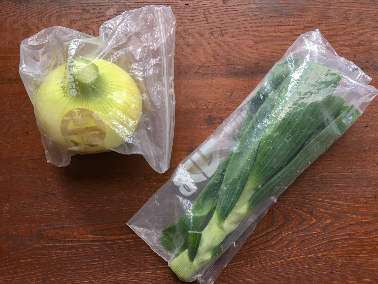 保存袋に入れた葉玉ねぎの写真