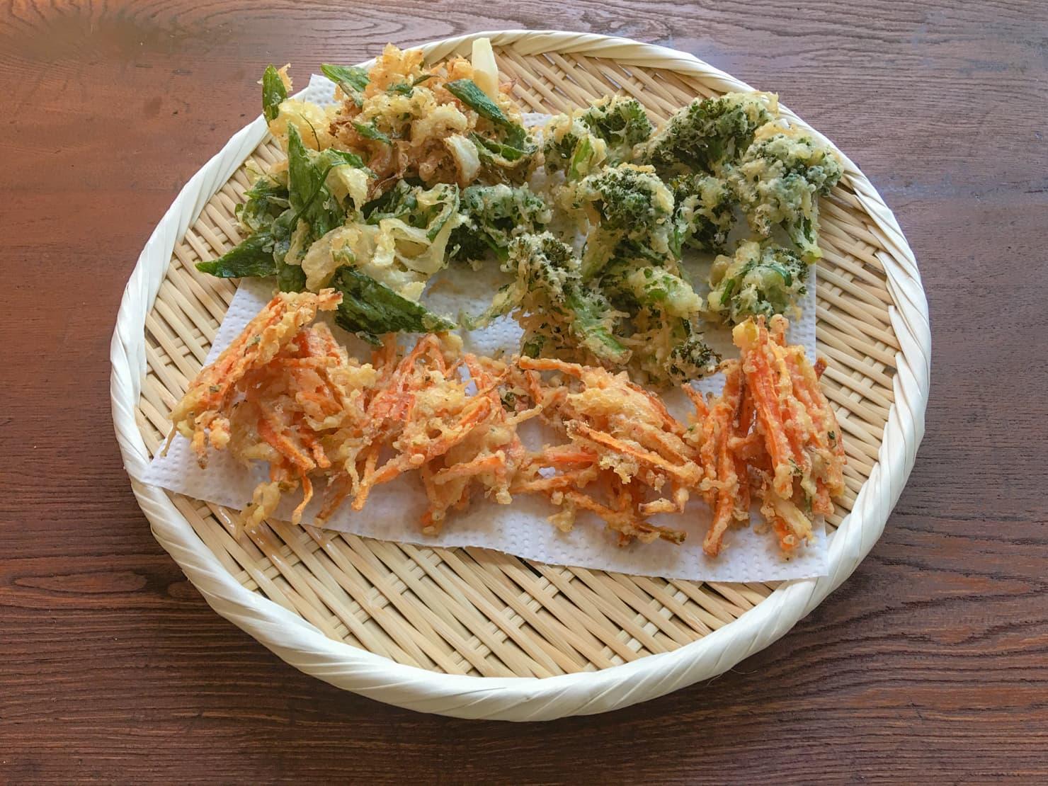 葉玉ねぎのかき揚げと春野菜の天ぷらの写真