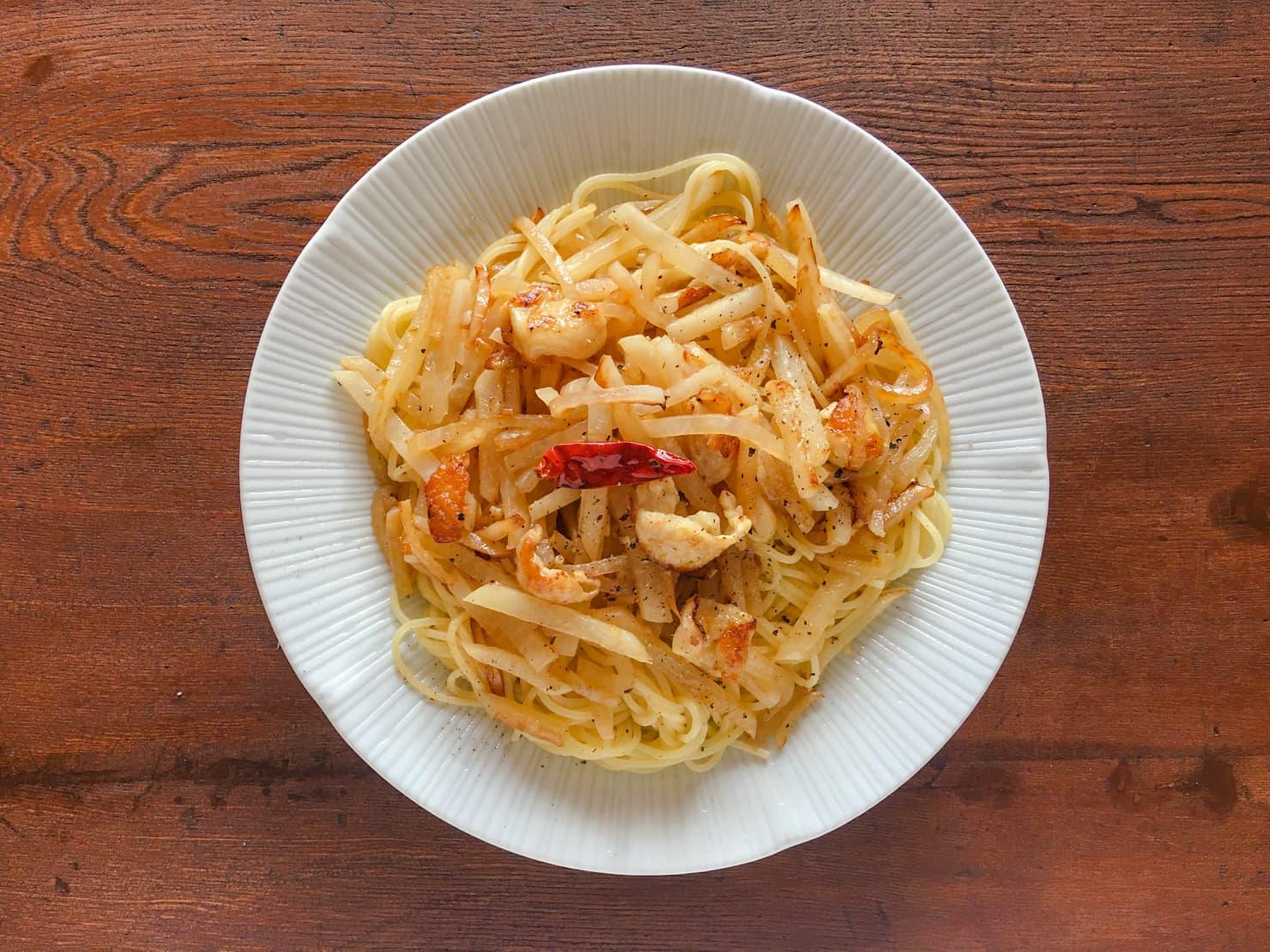 大根と鶏皮のスパゲッティの写真
