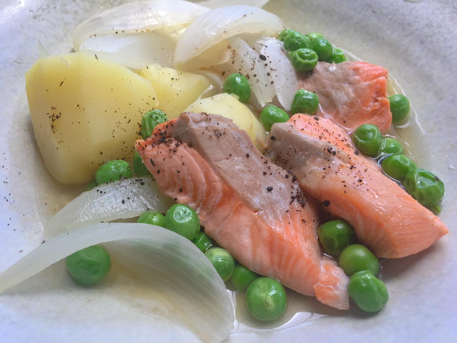 グリーンピースのさやでダシを取った煮物の写真