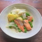 グリーンピースのさやでダシをとった煮物の写真