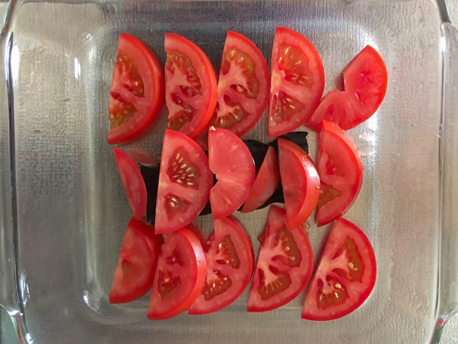 耐熱皿に昆布・トマトを並べた写真