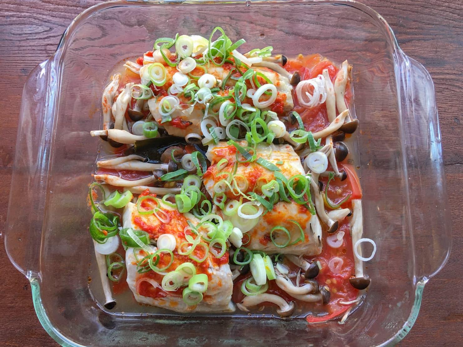 白身魚としめじの中華トマト蒸しの写真