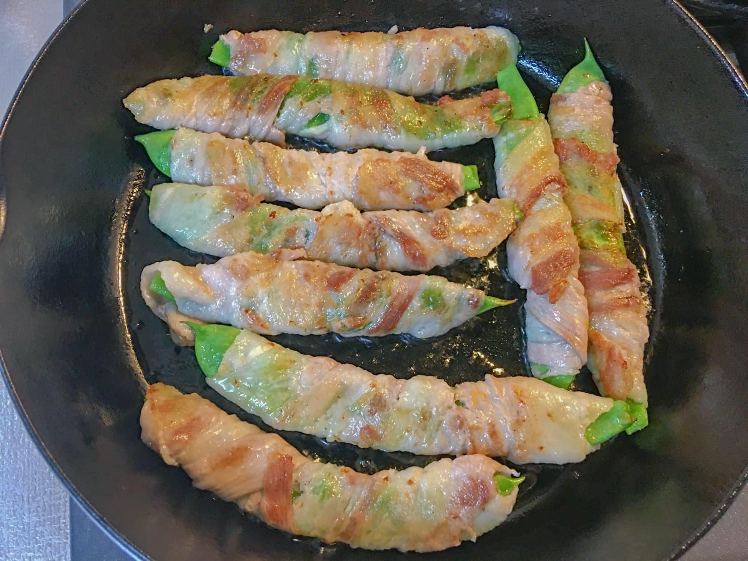 モロッコインゲンの豚肉巻きを焼いている写真