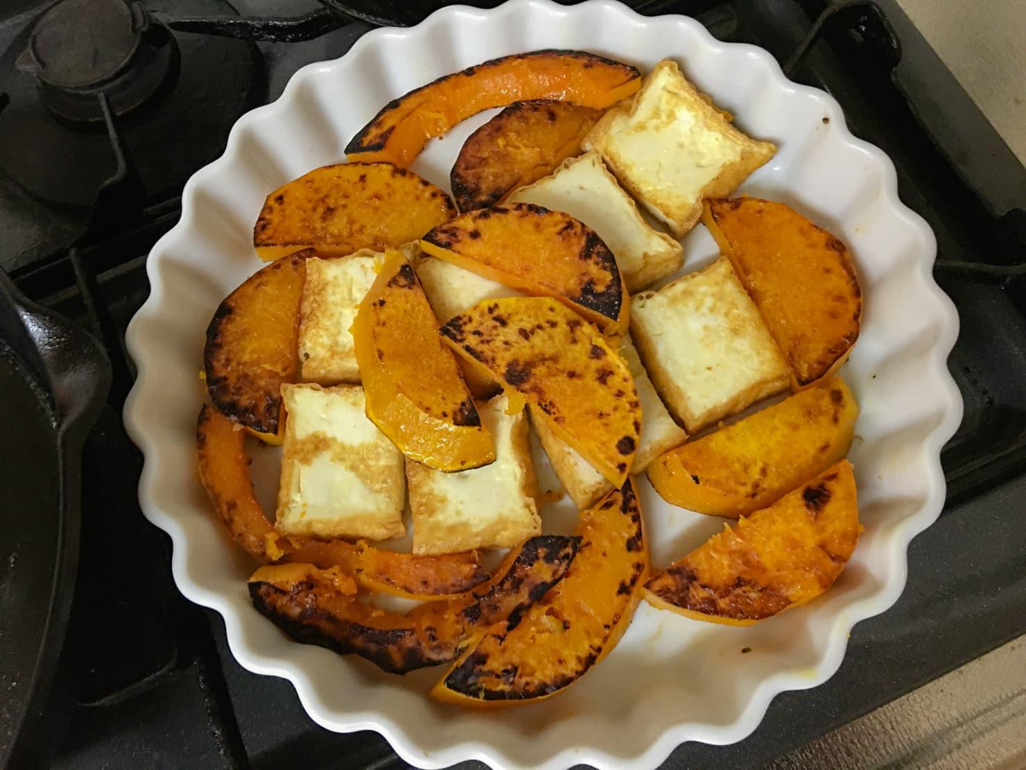バターナッツかぼちゃと厚揚げを耐熱皿に並べた写真