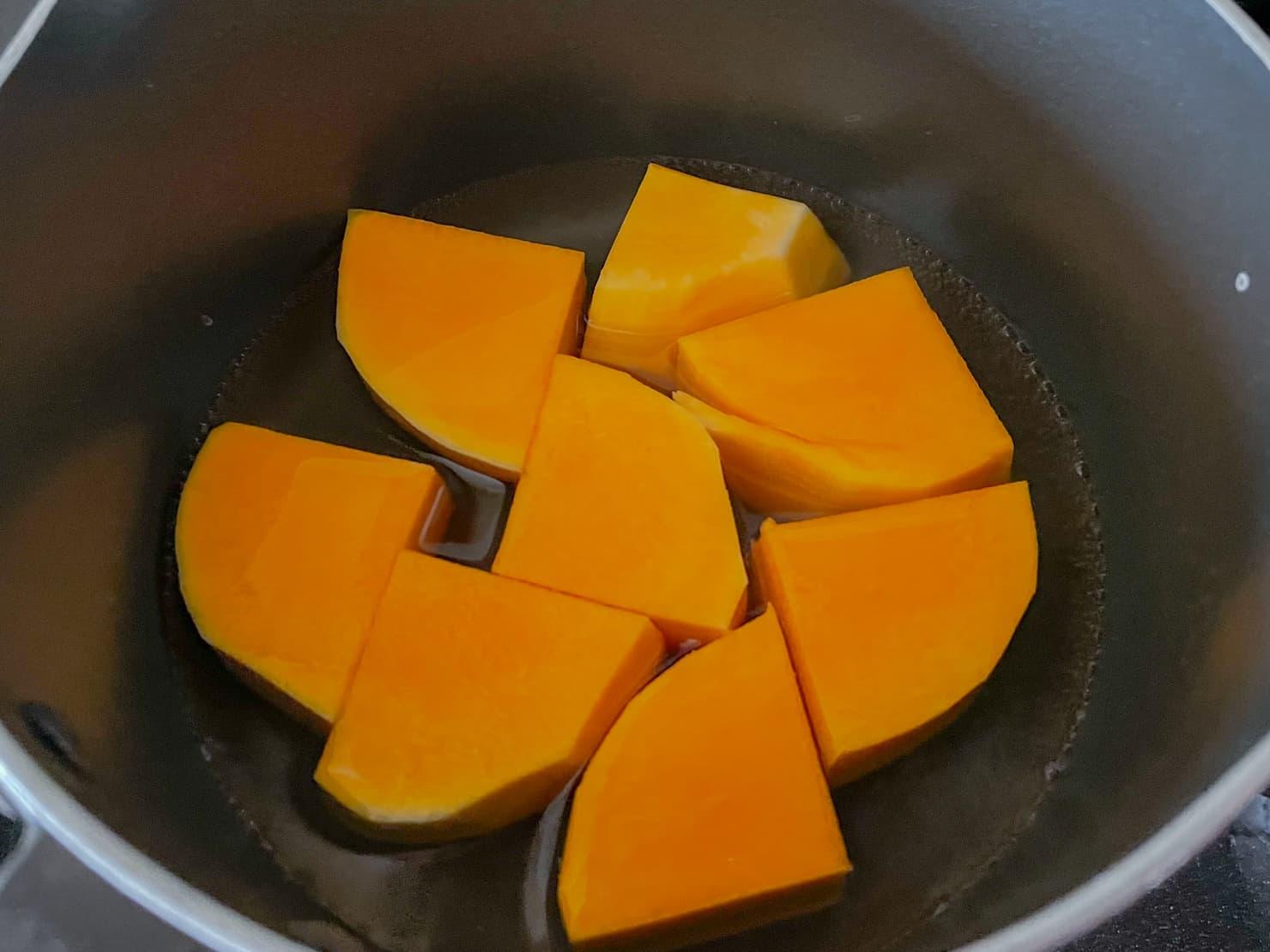 鍋に切ったバターナッツかぼちゃとひたひたの水を入れた写真
