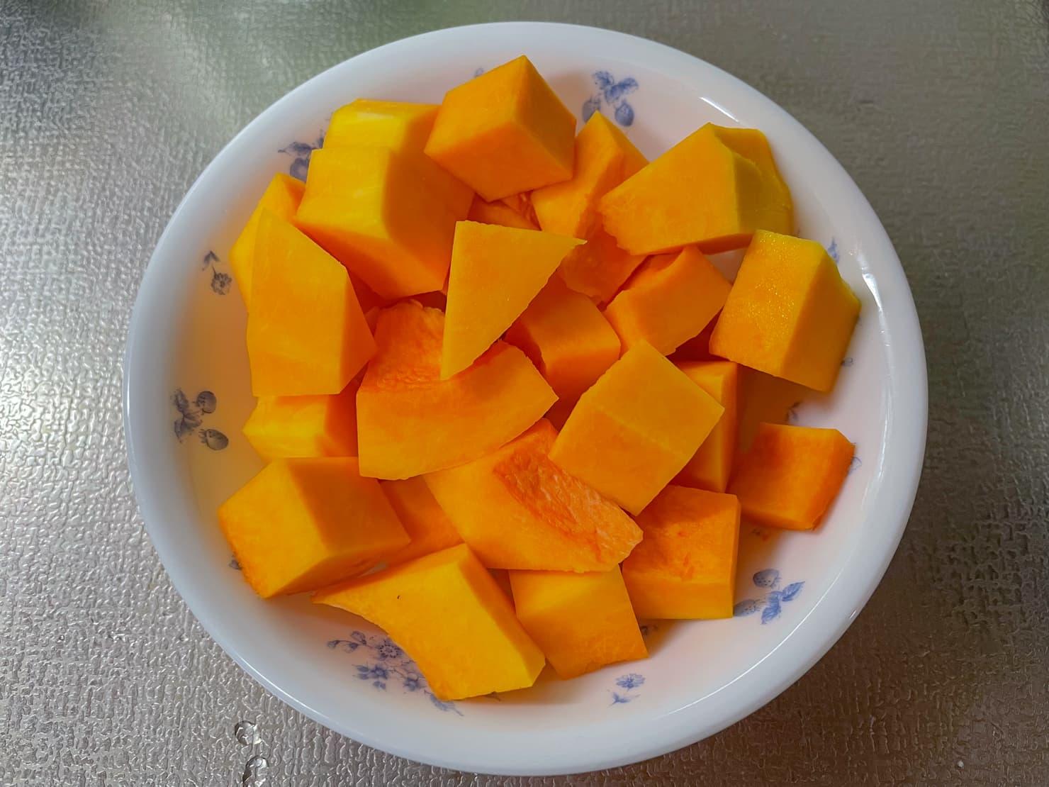 バターナッツかぼちゃを切ったところの写真