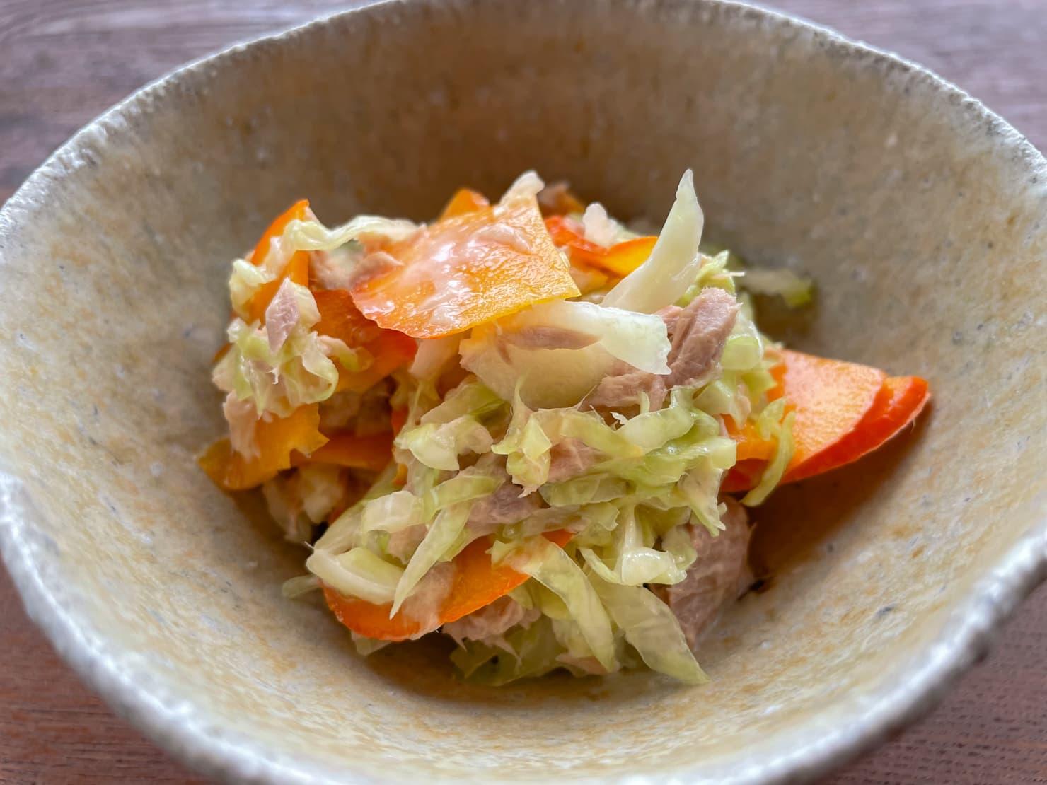 コリンキーとキャベツのツナのサラダの写真