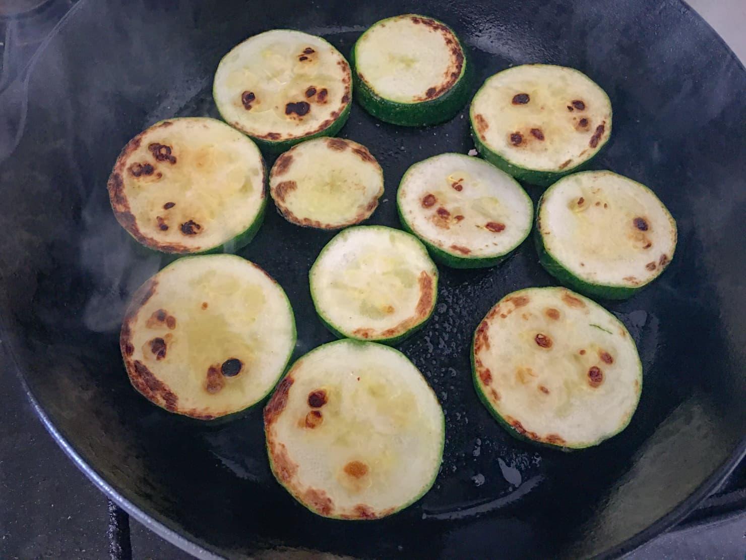 ズッキーニをフライパンで焼いたところの写真