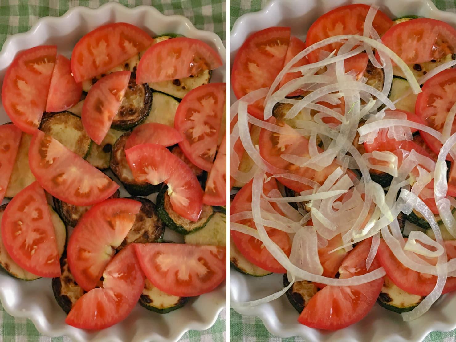 耐熱皿にズッキーニとトマトとたまねぎをのせた写真