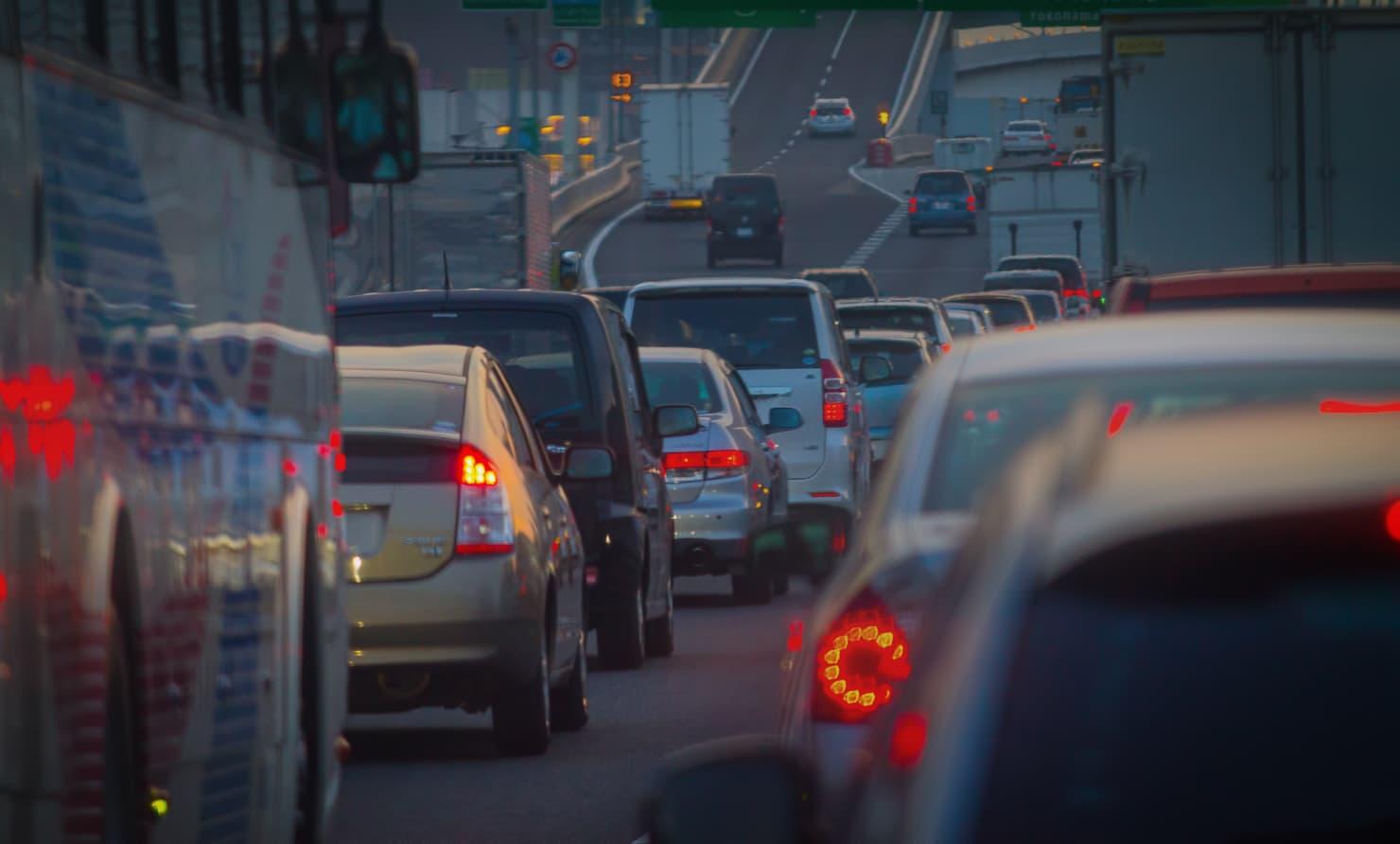 道路を走る車の列の写真