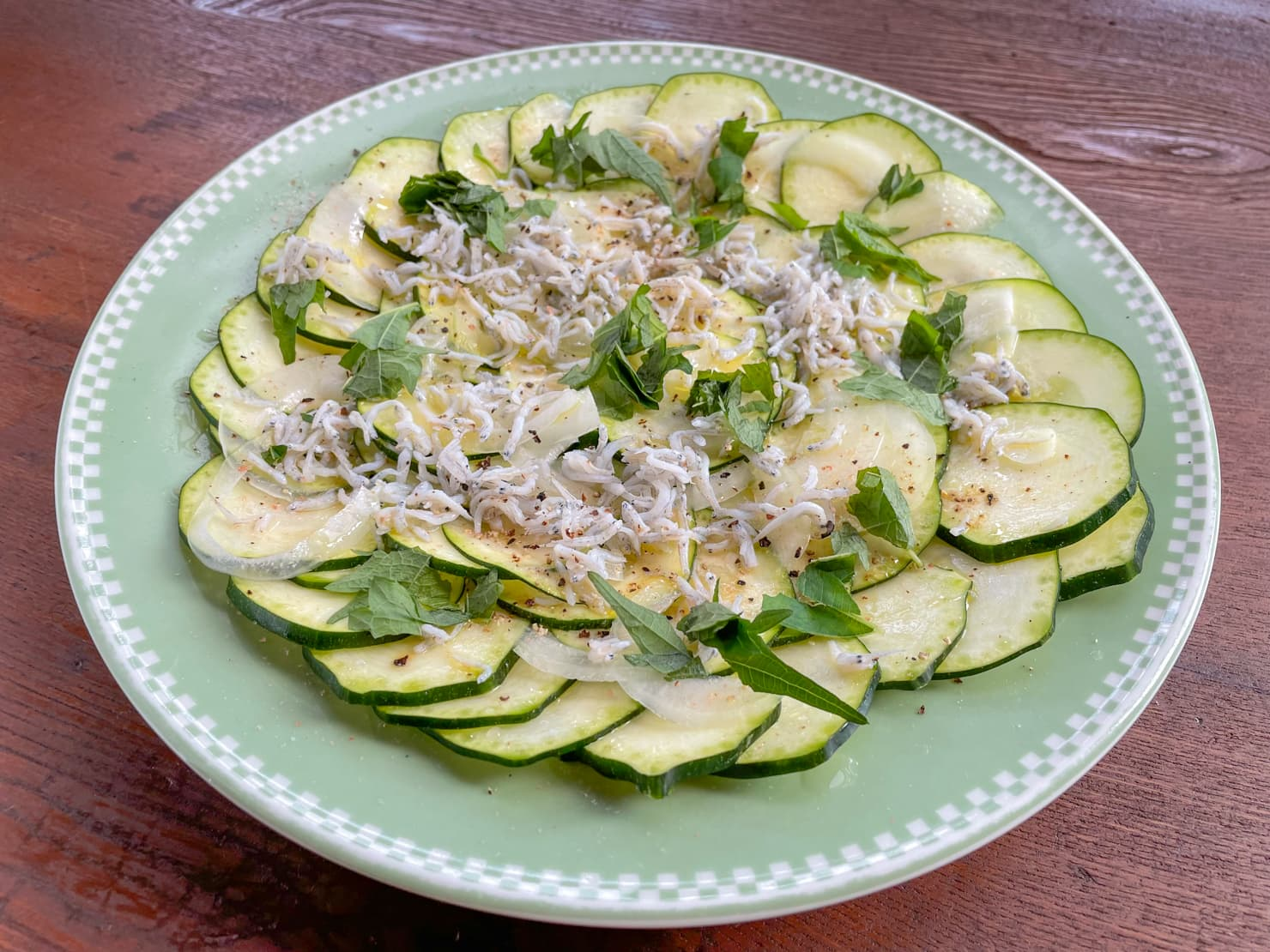 ズッキーニのカルパッチョ風サラダ・レモンとしらす干しの写真